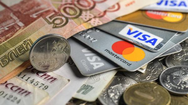 Денежные купюры, монеты и кредитные карты.