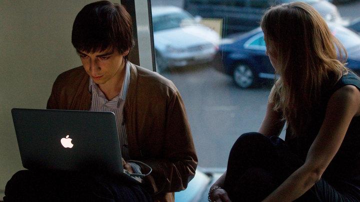 Молодые люди с ноутбуком