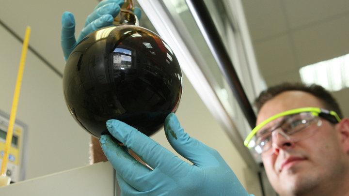 Работа лаборатории по определению качества нефти в Калининграде