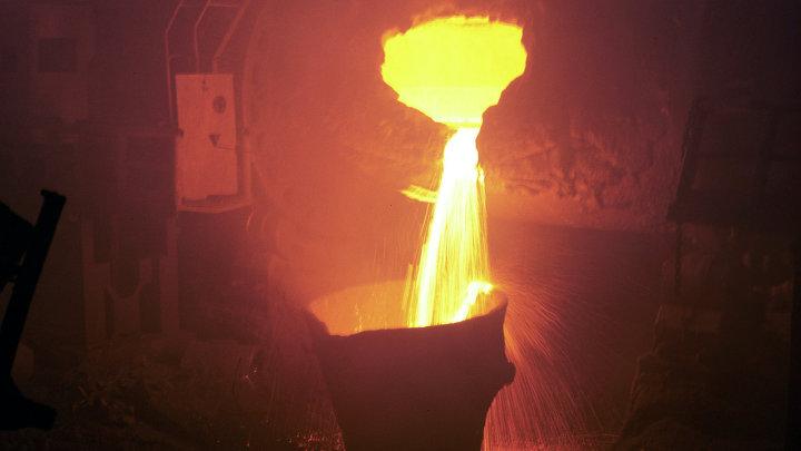 Разливка металла на медепоавильном заводе в Норильске