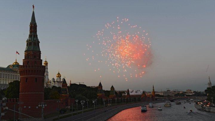 Праздничный салют в честь Дня России в Москве