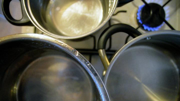 Кастрюли с водой на газовой плите