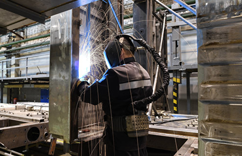 Работник ремонтно-кузовного цеха Тверского вагоностроительного завода.