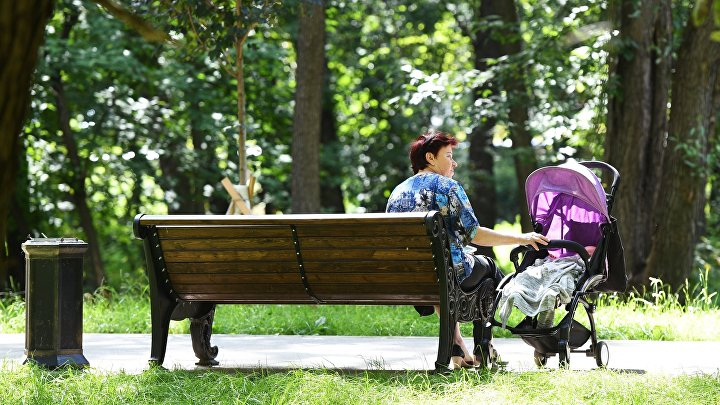 Женщина с коляской в Грачевском парке.