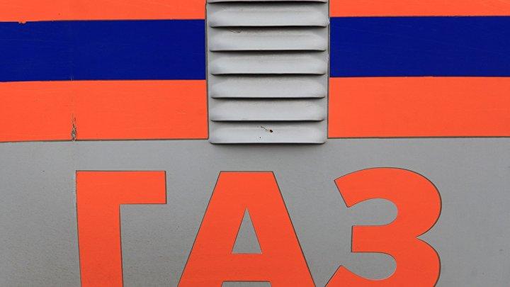 """Надпись """"ГАЗ"""" на автомобиле аварийно-спасательной службы."""