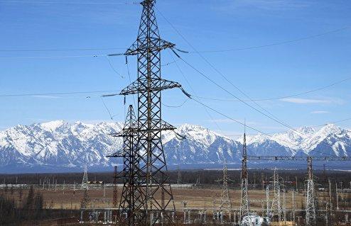 Линии электропередач подстанции на горном хребте Удокан в Забайкалье.