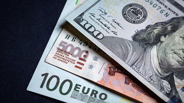 Денежные купюры: евро, доллары и российские рубли.