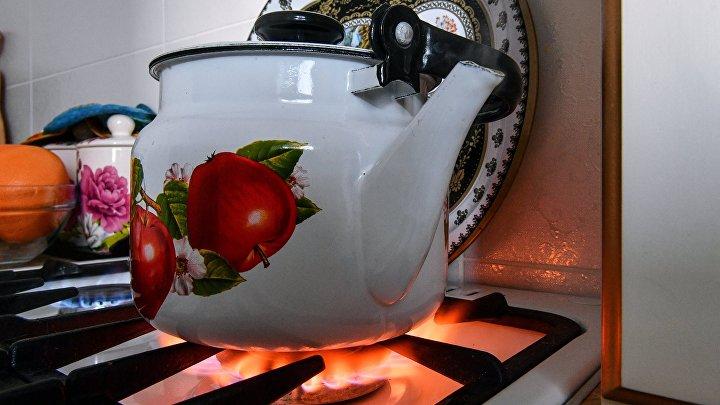 Чайник на газовой плите в жилом доме города Симферополь.