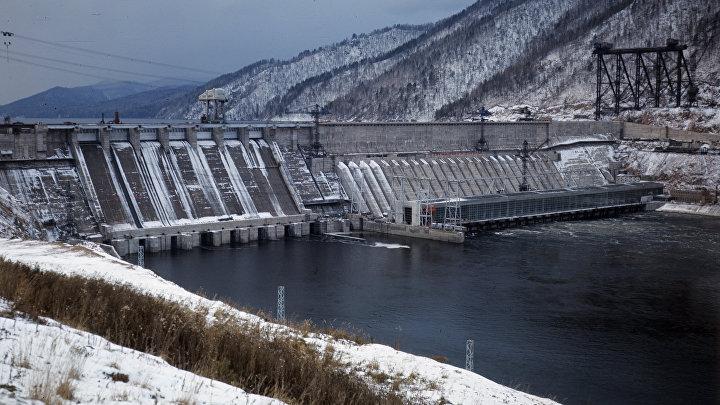 Красноярская гидроэлектростанция (ГЭС) на реке Енисей.