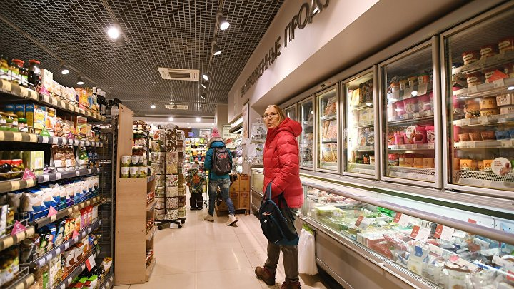 """Покупатели в супермаркете «Азбука вкуса» в торговом центре """"Вестор"""" в Одинцово Московской области."""